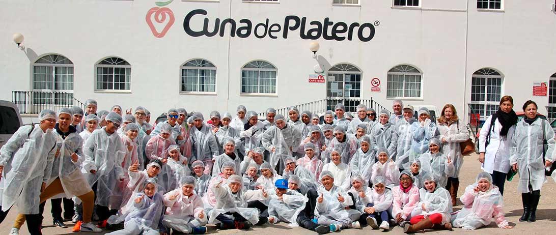 Cuna de Platero muestra a estudiantes del Virgen de Montemayor en Moguer el proceso de la fresa en la cooperativa