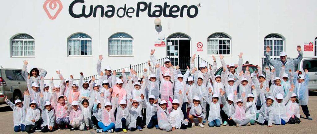 Cuna de Platero descubre el cultivo de fresas a alumnos del colegio Príncipe de España