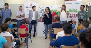 """Cuna de Platero clausura la III edición de """"Fresayunando"""" acercando sus berries a más de 2.000 niños de Moguer y su entorno"""