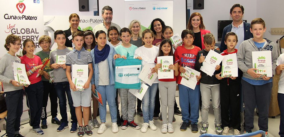 """Cuna de Platero acerca la III edición de """"Fresayunando"""" a más de 2.000 niños de Moguer y su entorno"""