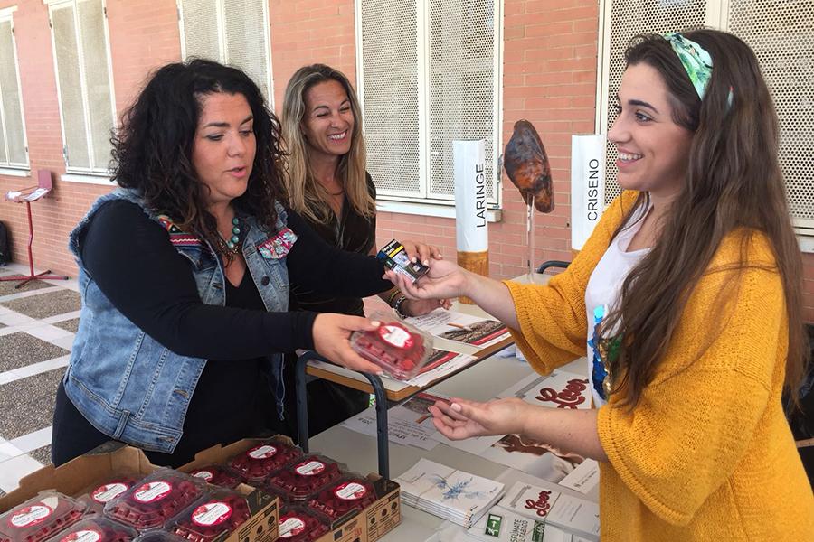 Cuna de Platero apoya el 'Día Mundial Sin Tabaco' animando a los fumadores a cambiar el cigarrillo por fruta